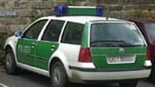 Polizeiauto in der Nähe des Polizeireviers an der Böhmischen Straße
