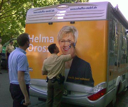 Beschmutzter Wahlkampfbus
