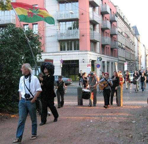 Heute 19 Uhr vor der Scheune: Einige Welterbeanhänger ziehen mit Trommeln und Plakaten die Alaunstraße hinauf.