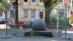 Brunnen-Kugel hinter Gittern