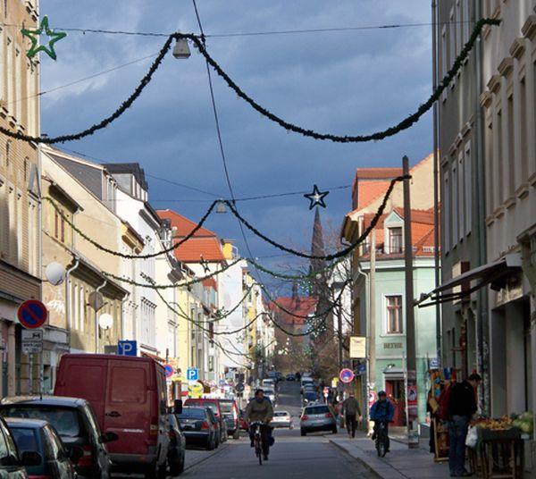 Pünktlich zum 1. Advent hängen wieder girlandeförmige Adventskränze über der Alaunstraße.
