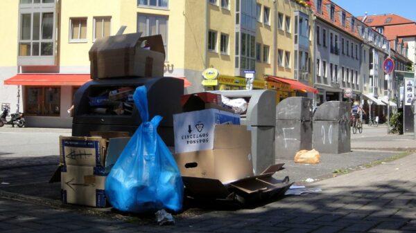 Überfüllte Container auf der Alaunstraße