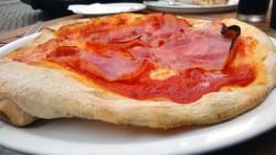 Zum Anbeißen: Pizza Prosciutto im Sapori d`Italia, anklicken zum Vergrößern.
