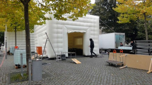 Theater-Kubus oder Hüpfburg