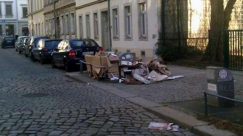 Verpackungen neben dem Abfallbehälter auf der Talstraße
