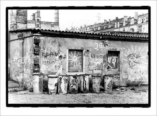 Das Bildermann-Foto wird heute Abend eine bedeutende Rolle spielen. Böhmische Straße, Dresden-Neustadt im Frühjahr 1990. An dieser Stelle entstand später ein Spielplatz. Foto aufgenommen mit Praktica B200 und 1,4/50 auf ORWP NP27. (digitalisierter Handabzug)