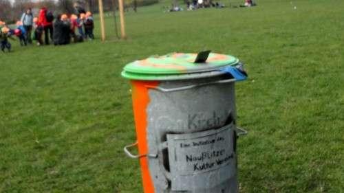 Umweltschutz geht alle an, im Hintergrund werden Kinder im Umgang mit Müll geschult.