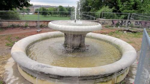 Brunnen sprudelt schon, der Platz ist noch nicht fertig.
