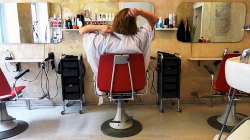 Bevor Kunden selber zum Werkzeug greifen will Friseur blond lieber neues Personal anstellen.