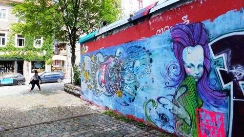 Kaum gesprüht, schon wieder übermalt. Graffiti-Wand neben der Scheune.