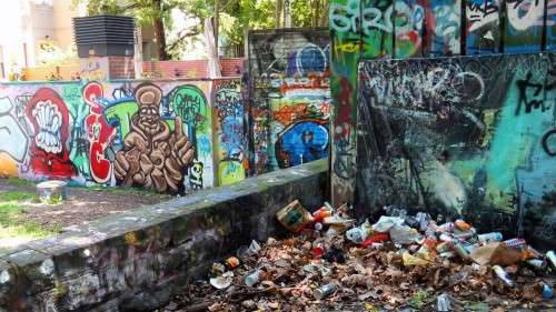 Bunt? Oder einfach nur Müll? Gesehen neben der Scheune.