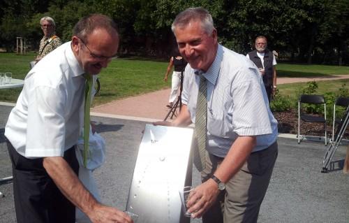 Grünflächenamtsleiter Detlef Thiel und Drewag-Chef Reiner Zieschank eröffnen den Trinkbrunnen