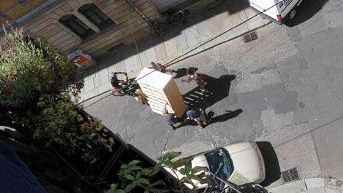Nach einer halben Stunde stand das Bett auf der Louisenstraße.