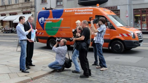 Großer Medienrummel vorm Café Neustadt bei der Einweihung der netten Toilette.
