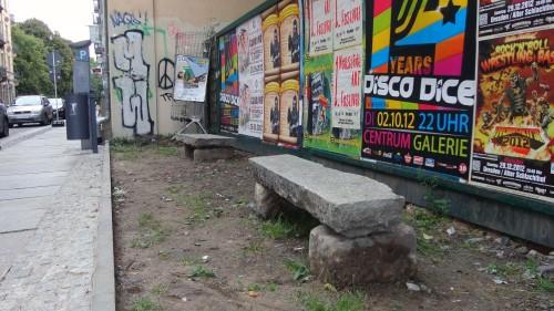 Solide Bänke aus 1A-Fußwegplatten