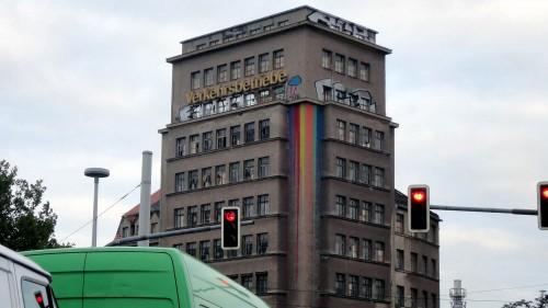Das Hochhaus am Albertplatz wurde farblich gestaltet.