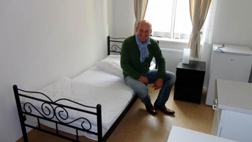 Thomas Wolter in einem Einzelzimmer.