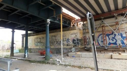 Säulen adé beim Brückenbau an der Friedensstraße.