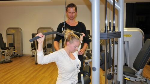 Maika probiert unter Anleitung von Patrick Müller eines der neuen Fitnessgeräte.