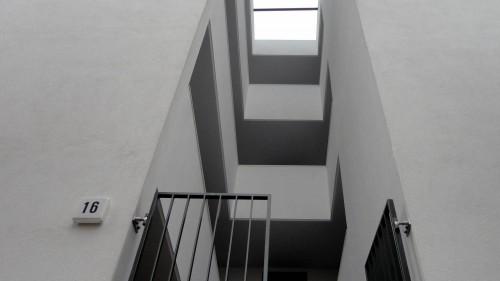 Ein Schritt zurück und die Kunst verwandelt sich in einen Hauseingang.