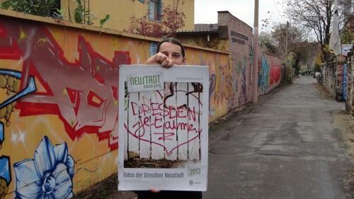 Mal auf der anderen Seite der Kamera. Stephan Böhlig zeigt seinen Neustadt-Kalender.