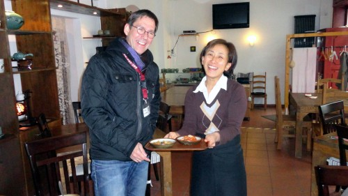 """Frau Kim vom Restaurant """"Maru"""" lässt von ihren Köstlichkeiten probieren."""