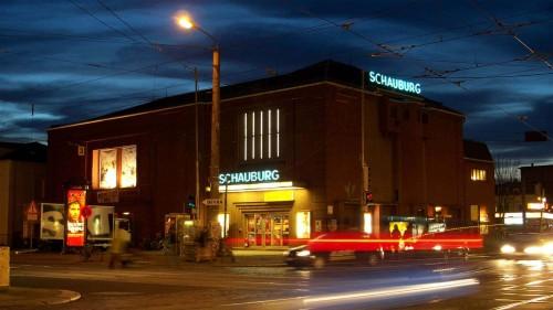 Bei Nacht wirkt das Gebäude aus den 1920er Jahre am eindruckvollsten.