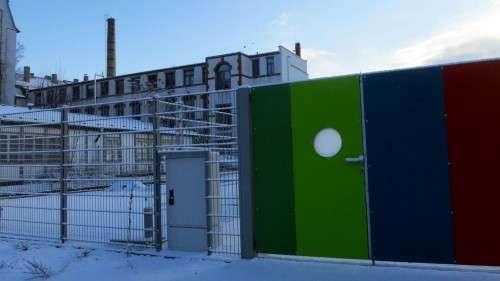 Das Tor zum neuen Schulsportplatz an der Seifhennersdorfer Straße steht schon.