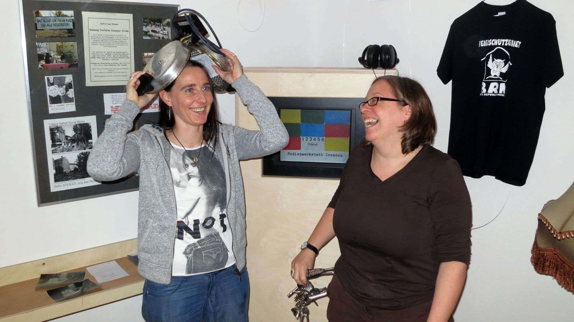 Museumschefin Anett Lentwojt und BRN-Mutti Ulla Wacker testen das Waffeleisen.