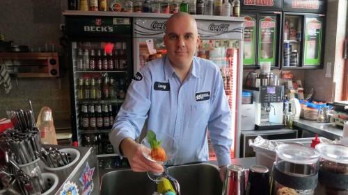 Sieht gar nicht so scharf aus: Daniel Jentschke präsentiert ein Mango Sorbet mit Habaneros und Minze.