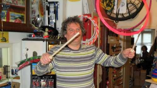 Wenn man kräftig genug an den Sticks zieht, fliegt der Ring.