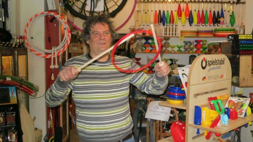 Tim Stauss führt die Spielzeuge auch gern selbst vor.