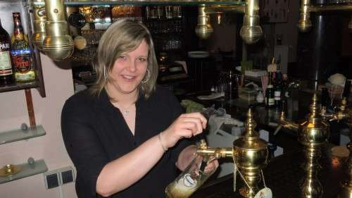 Charmant und voller Elan - Katja lässt mir schonmal ein Bier ein.
