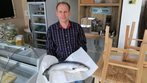 Der erste Fisch war schon vor der Eröffnung im Laden.