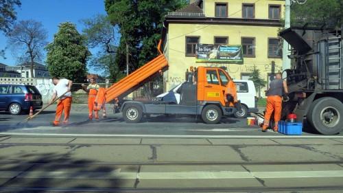 Schlaglochbeseitigungstruppe auf der Königsbrücker Straße