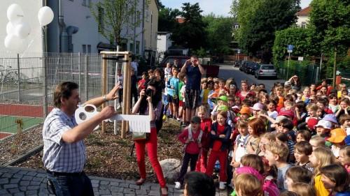 Schulleiter Olaf Böttger und seine Grundschüler kurz vor der Eröffnung