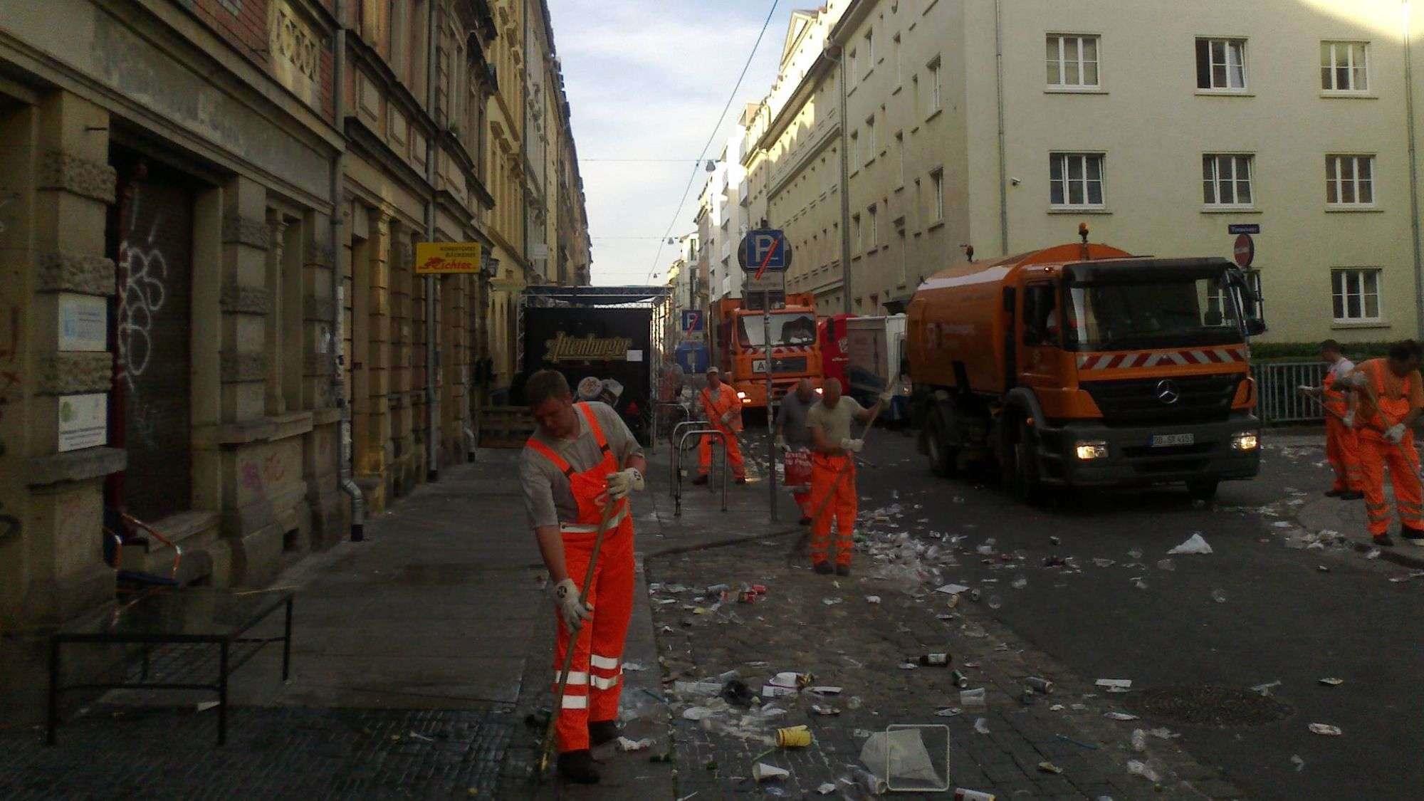 Stadtreinigung auf der Alaunstraße, heute früh 7 Uhr.