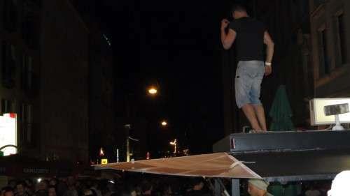 Der Gipfel der Proll-Kultur? Tanz auf dem Bierwagen.