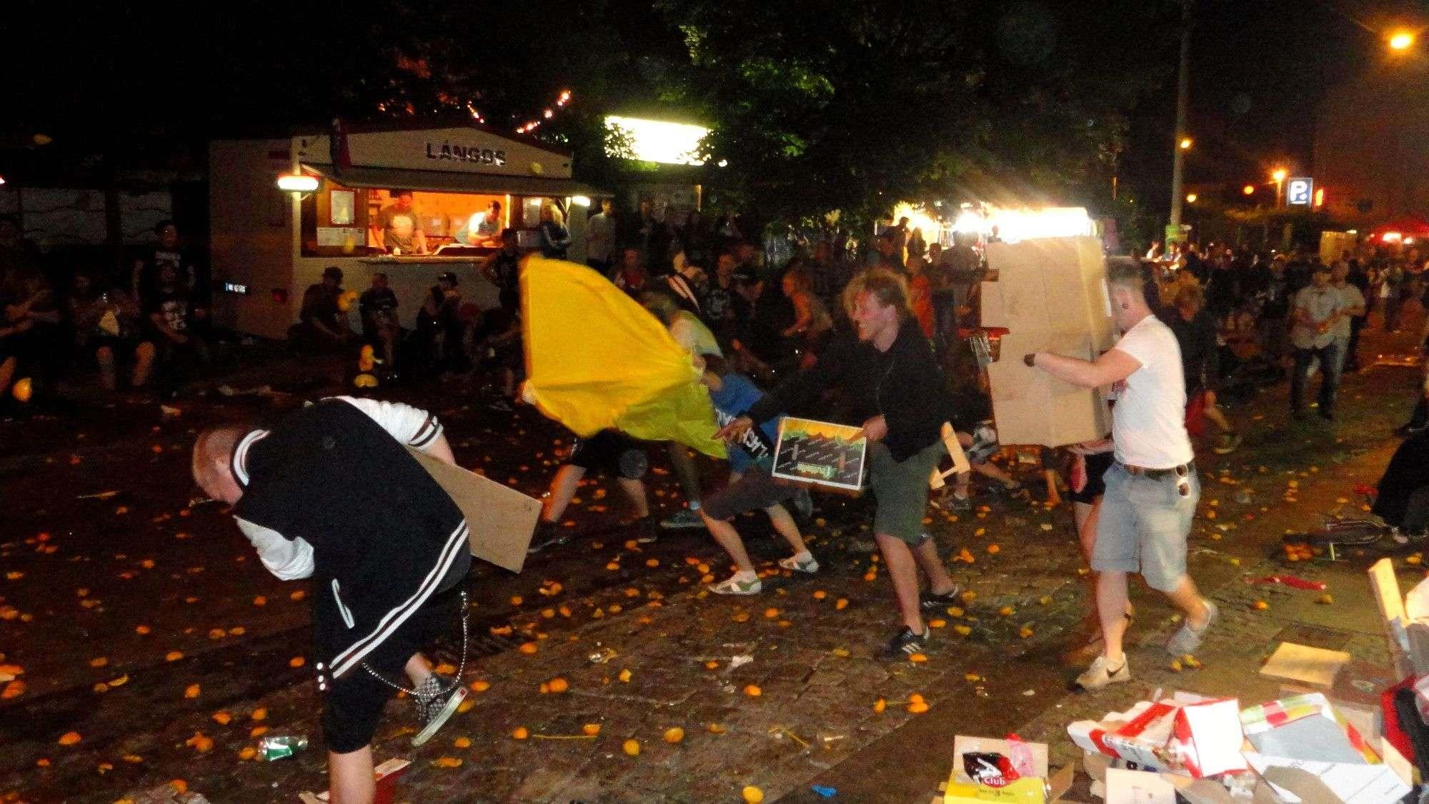 Apfelsinenschlacht auf der Alaunstraße. Danke an Christoph für das Foto.