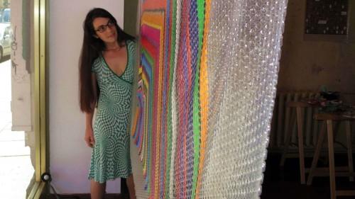 Luz D'Amico mit einem ihrer Kunstwerke