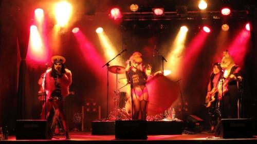 Viel Licht, große Show: Sado-Opera