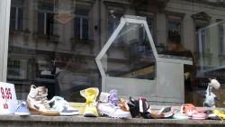 der Schuhladen von Gegenüber nutzt das Schaufenster