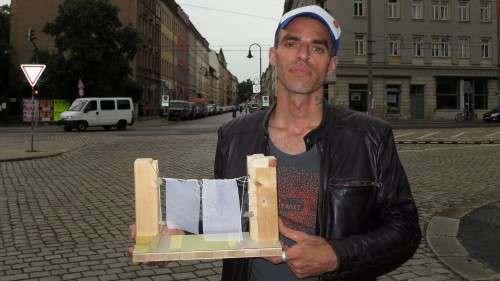 Gero Dumrath mit dem Modell des ProjekTor vor dem künftigen Eingang zum Hechtfest