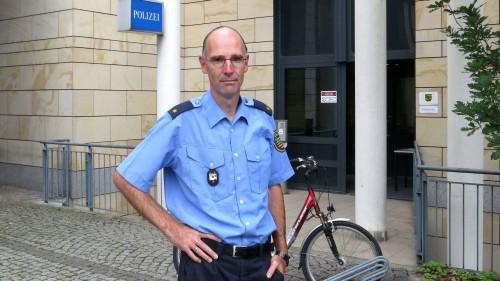 """Revierleiter, Polizeirat Thomas Wurche vor """"seiner"""" Wache"""
