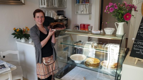 Julia Rothe mit Kuchen nach Omas Rezeptur