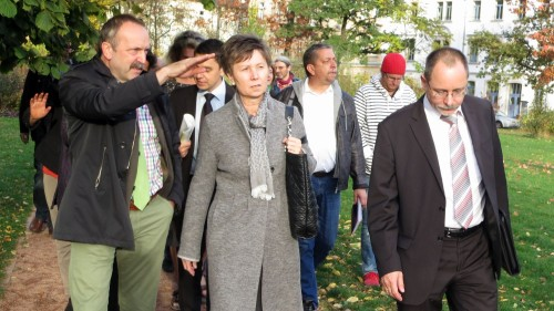 Amtsleiter Detlef Thiel zeigt der OB die neue Ecke, Ortsamtsleiter Barth mit der neustadttypischen Blickrichtung