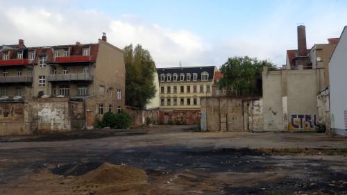 Ungefähr in dem Bereich wird der künftige Quartiersplatz liegen, auf der rechten Seite soll ein Hinterhaus entstehen. Auf der linken Seite sollen die Hinterhäuser die bestehende Struktur aufnehmen.