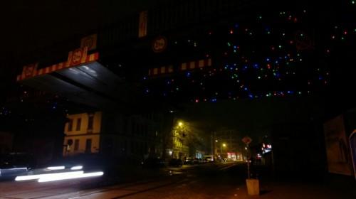 Eigentümliche Beleuchtung über der Bahnbrücke