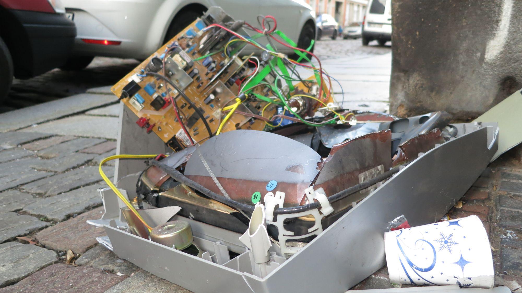 Nicht mehr ganz funktionstüchtiger Fernseher auf der Jordanstraße - auch zu verschenken?