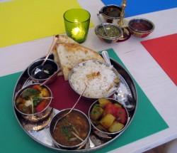 frisch zubereitetes Thali-Menü